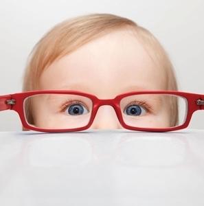 ребенок и красные очки