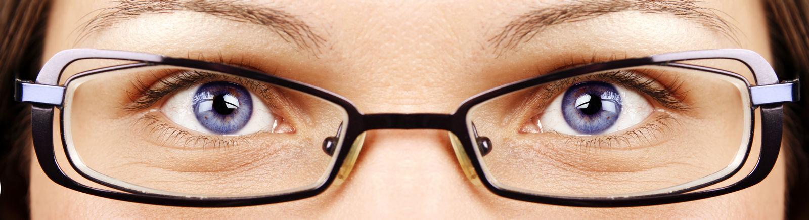 голубые глаза девушки в очках