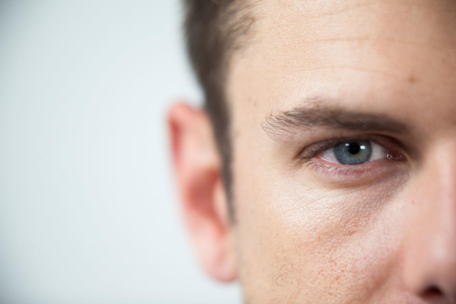 один глаз парня подростка крупным планом