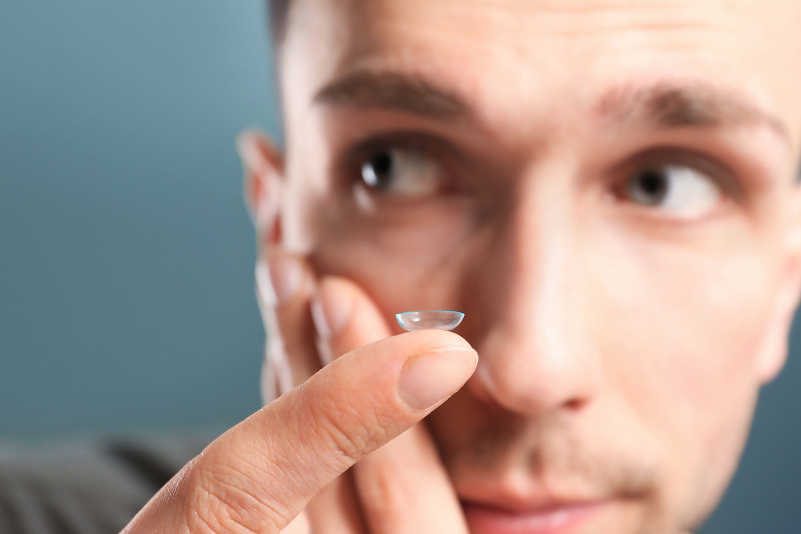 подросток парень снимает контактные линзы