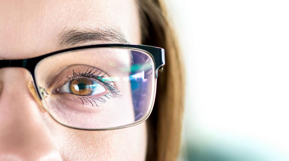 глаз девушки в очках крупный план
