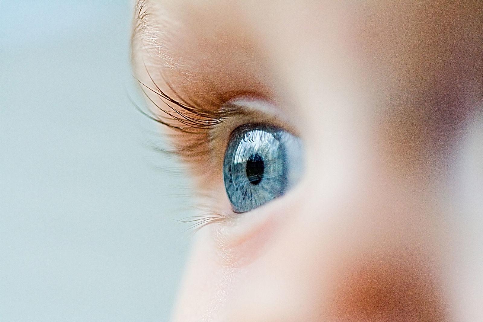 большой серый глаз у ребенка с миопией маленькое дитя