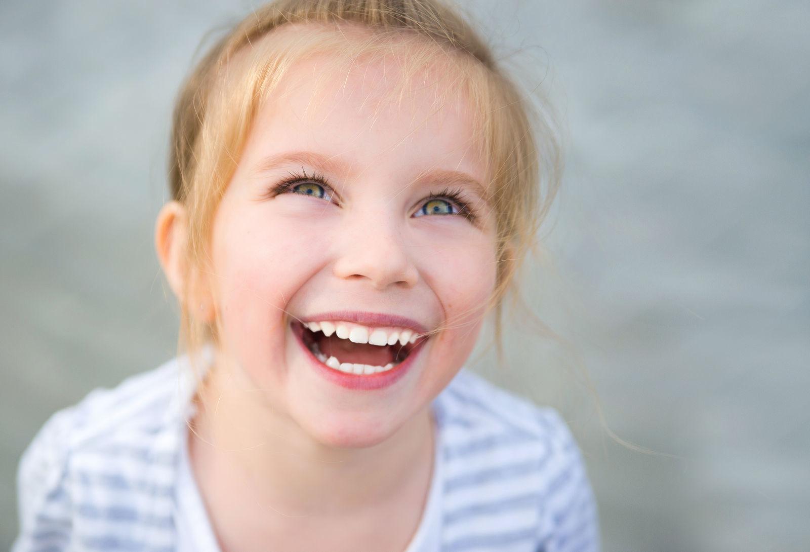девочка смеется и радуется что у нее нет близорукости она здорова и счастлива