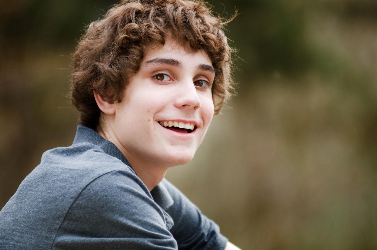молодой человек улыбается у него здоровое зрение